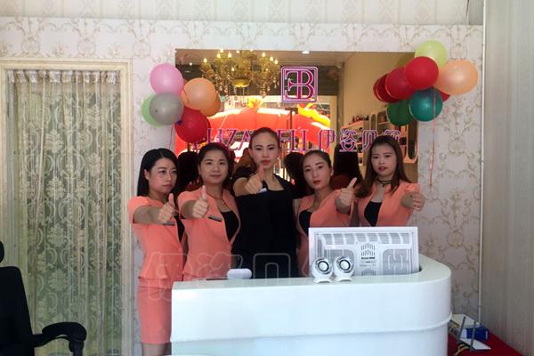 但是美容场所的前台工作人员相当于这个美容院加盟店的形象和招牌图片