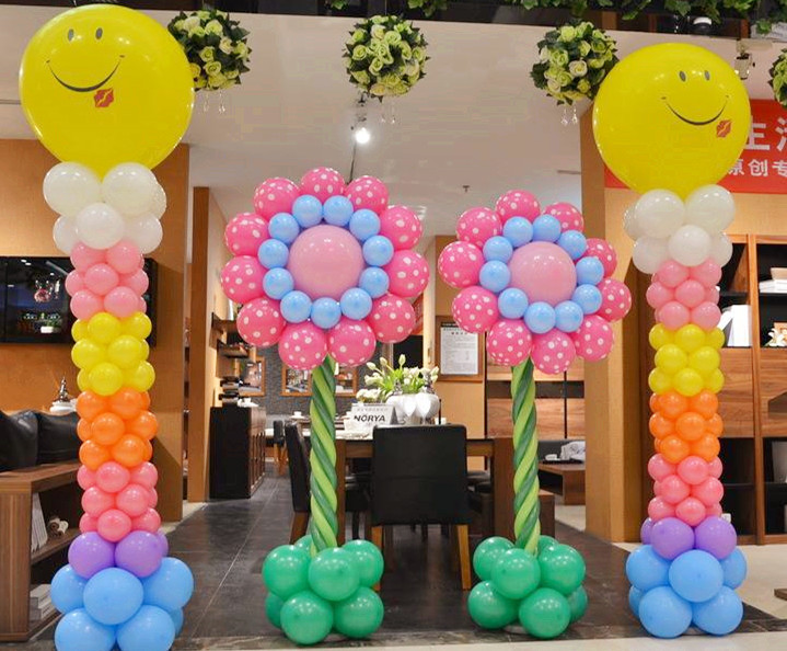 通常,吊坠式的气球造型,需要二十个以上的气球,如果美容店的大厅空间